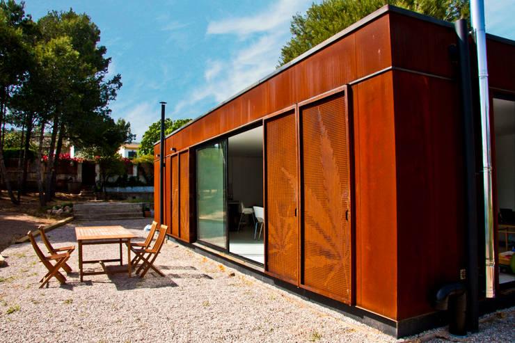 MENTA HOUSE: Casas de estilo moderno por james&mau