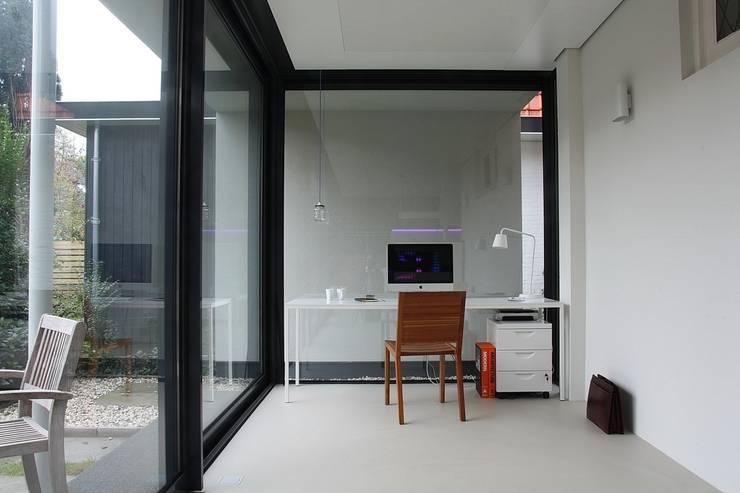 Verbouw en aanbouw jaren dertig woning Bilthoven:  Studeerkamer/kantoor door Architectenbureau Jules Zwijsen