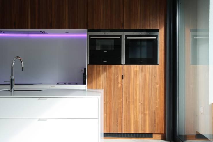 Verbouw en aanbouw jaren dertig woning Bilthoven:  Keuken door Architectenbureau Jules Zwijsen, Modern