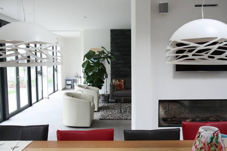 Villa in Vleuten:  Woonkamer door Architectenbureau Jules Zwijsen