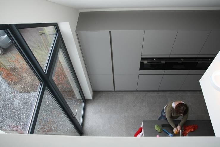 Villa in Vleuten:  Keuken door Architectenbureau Jules Zwijsen