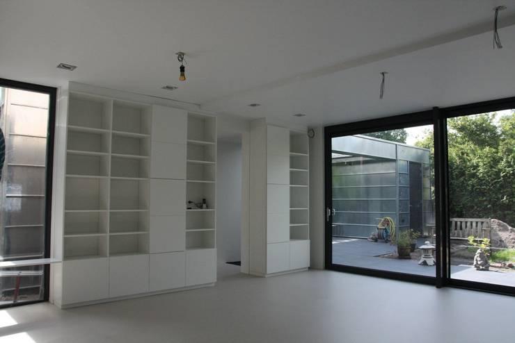 Moderne Uitbouw en aanbouw:  Woonkamer door Architectenbureau Jules Zwijsen