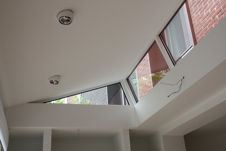 Moderne Uitbouw : moderne Woonkamer door Architectenbureau Jules Zwijsen