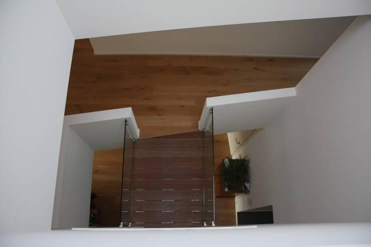 Modern corridor, hallway & stairs by Architectenbureau Jules Zwijsen Modern