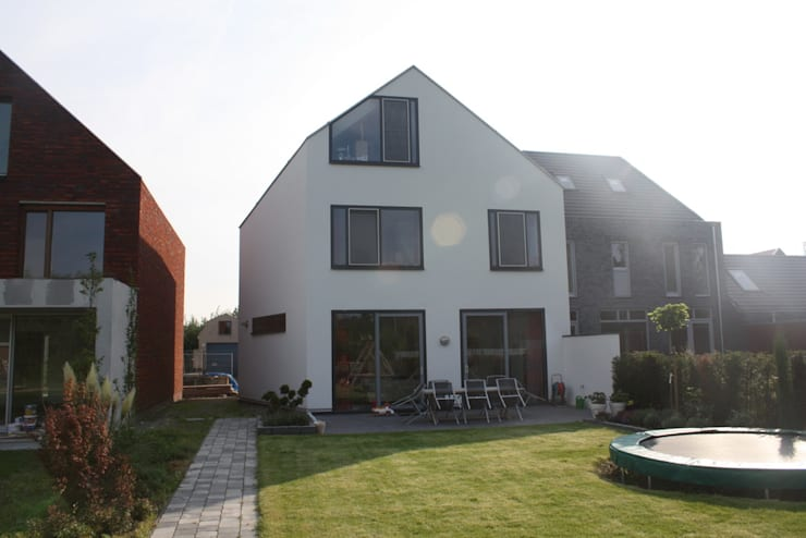 Wit modern huis Cronenburgh:  Huizen door Architectenbureau Jules Zwijsen, Modern