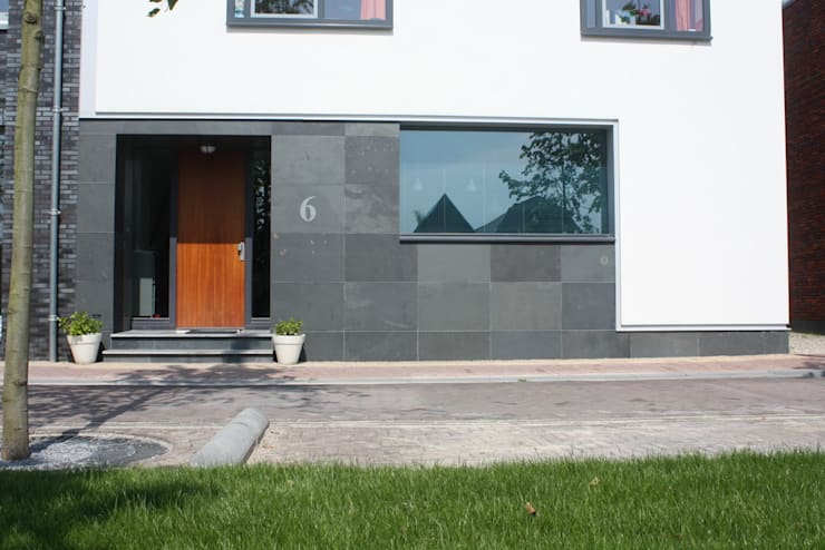 Wit modern huis Cronenburgh:  Ramen door Architectenbureau Jules Zwijsen, Modern