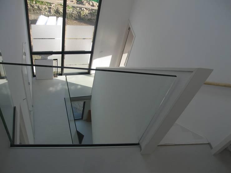 Wit modern huis Cronenburgh:  Gang en hal door Architectenbureau Jules Zwijsen, Modern