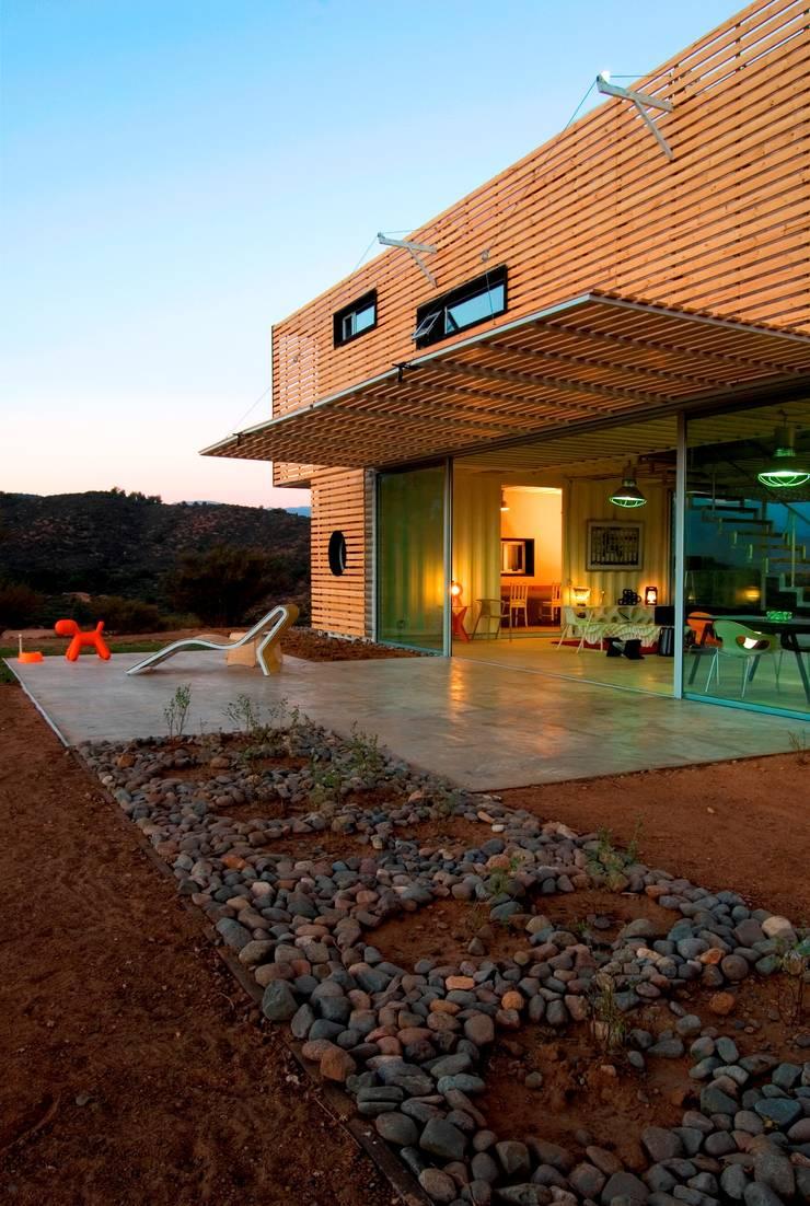 MANIFESTO HOUSE: Casas de estilo moderno por james&mau