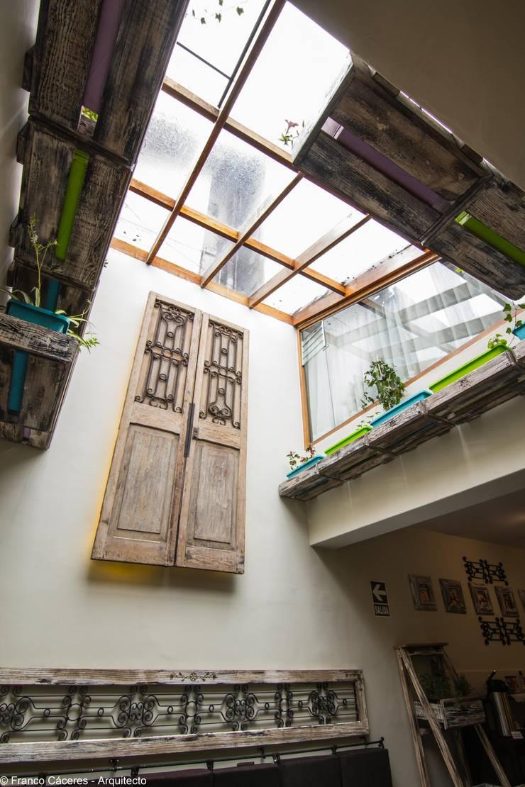 Proyecto de Remodelación Waka Punku Boutique Hotel: Salas / recibidores de estilo moderno por FRANCO CACERES / Arquitectos & Asociados