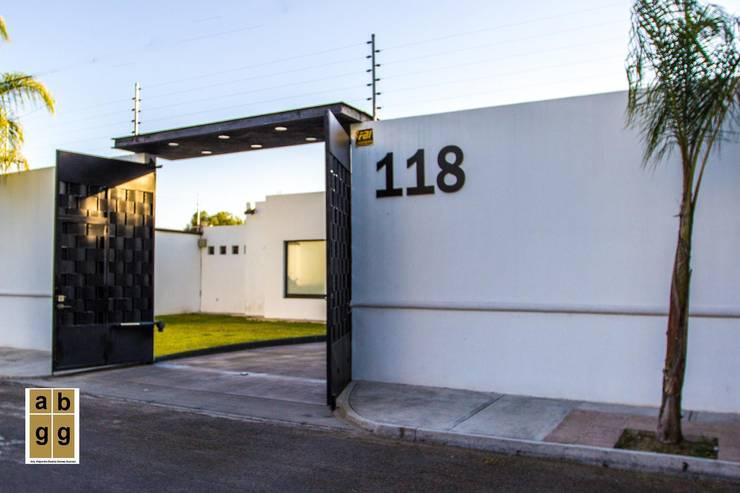 FACHADA: Casas de estilo  por Arq. Beatriz Gómez G.