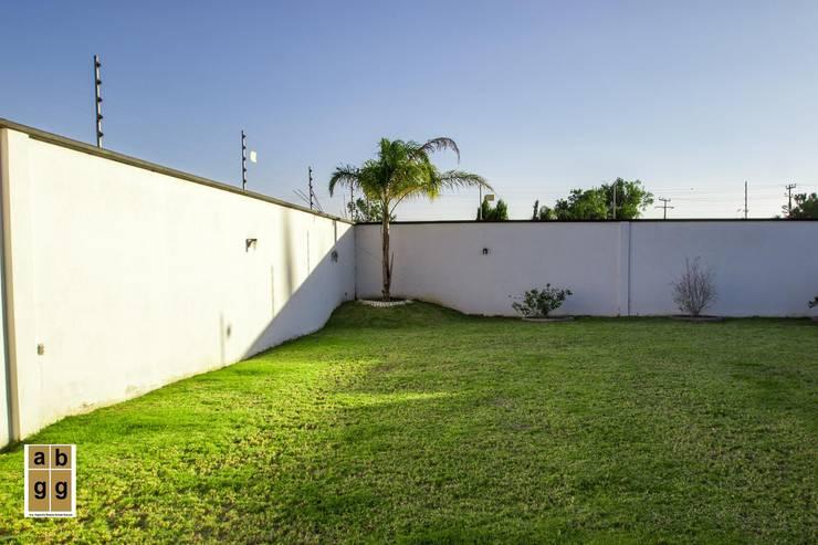 VILLA HACIENDA DE LA ESPERANZA: Jardines de estilo  por Arq. Beatriz Gómez G.