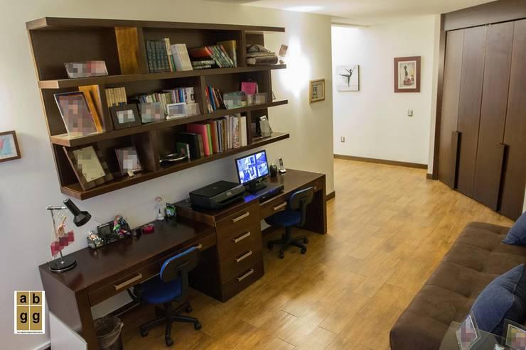 VILLA HACIENDA DE LA ESPERANZA: Estudios y oficinas de estilo minimalista por Arq. Beatriz Gómez G.