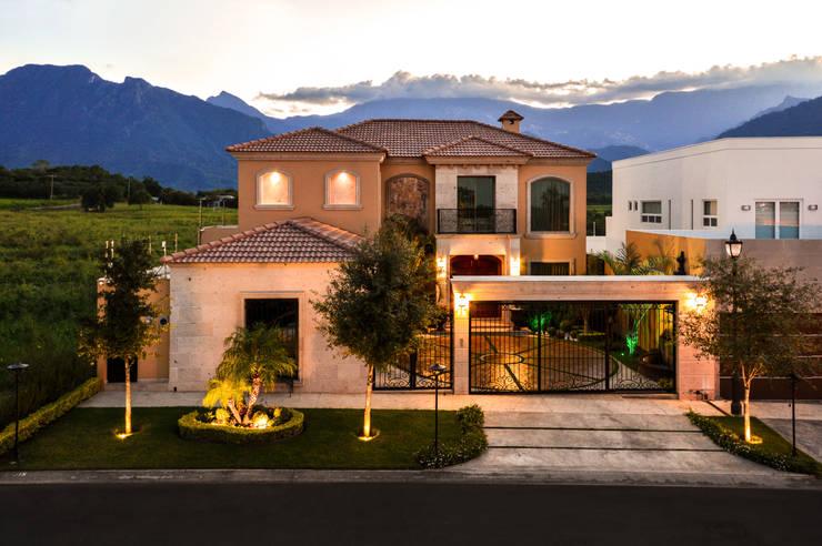 Fachada Exterior: Casas de estilo  por CORTéS Arquitectos, Colonial Caliza