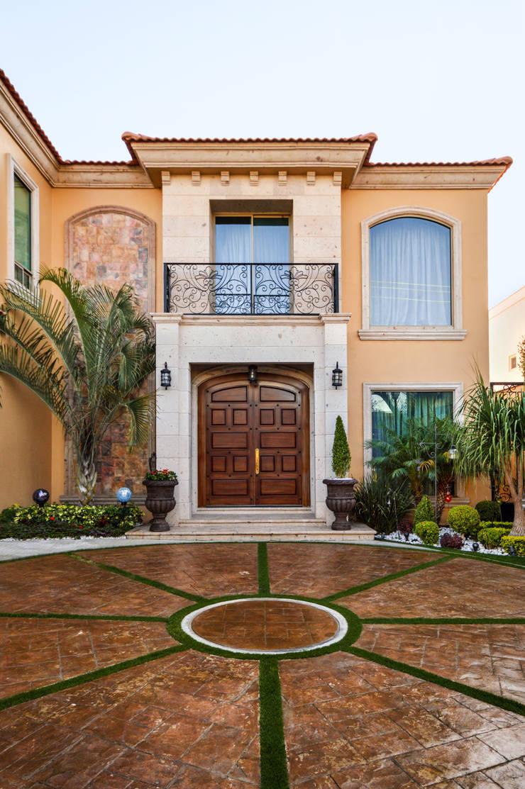 Fachada Interior: Casas de estilo  por CORTéS Arquitectos, Colonial Caliza