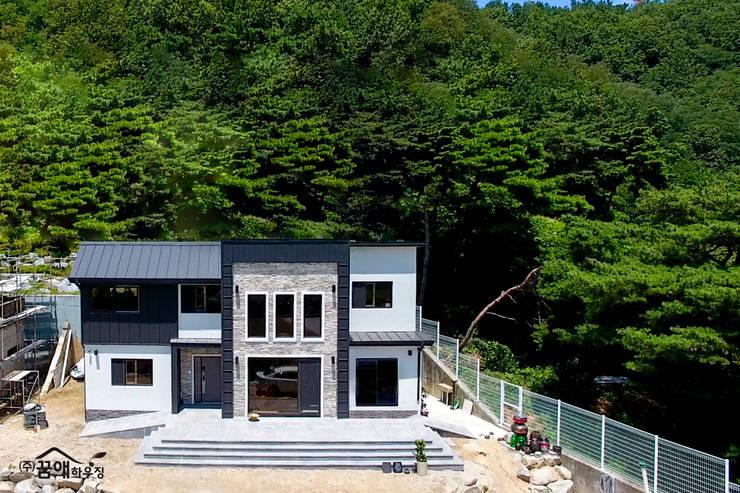 징크와 인조석의 조화로 모던한 고급전원주택: 꿈애하우징의  주택,
