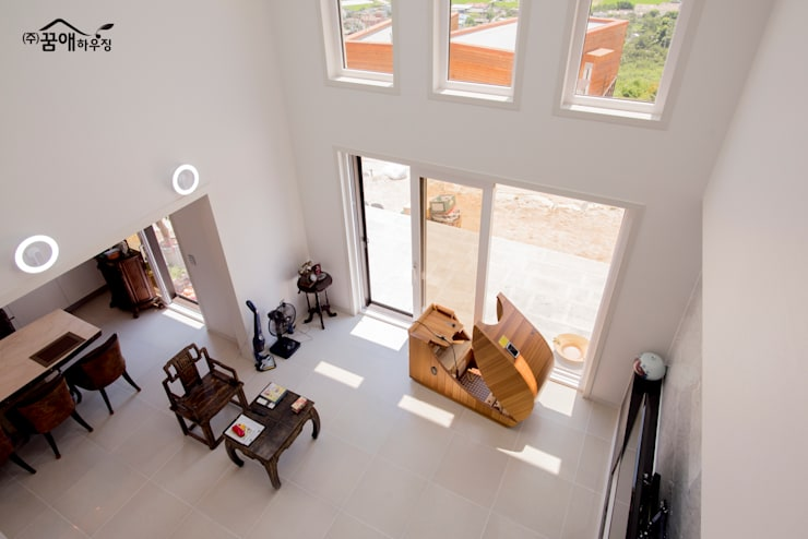 징크와 인조석의 조화로 모던한 고급전원주택: 꿈애하우징의  거실