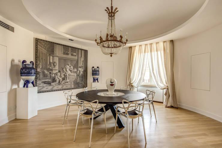 GERMANICO : Sala da pranzo in stile  di MOB ARCHITECTS