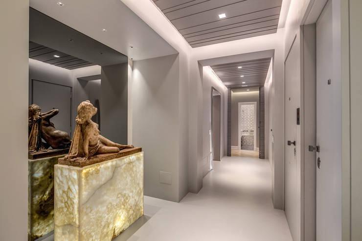 GERMANICO : Ingresso & Corridoio in stile  di MOB ARCHITECTS