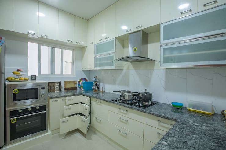 3 BHK partement : classic Kitchen by In Built Concepts