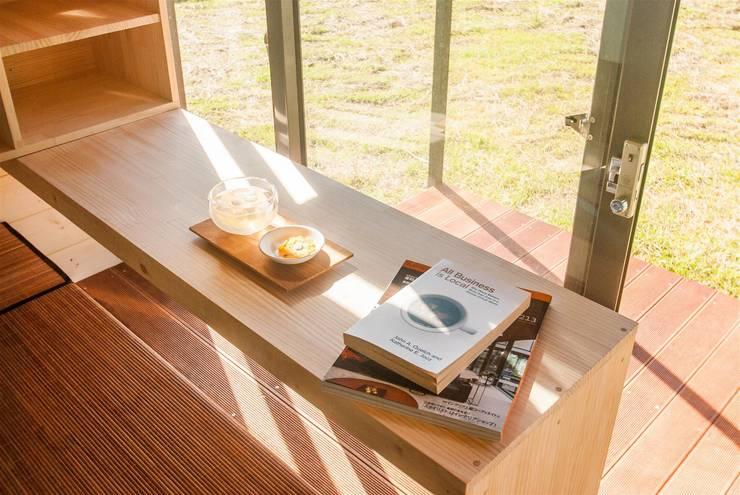 自然窗景的獨享愜意:  露臺 by FAMWOOD 自然紅屋