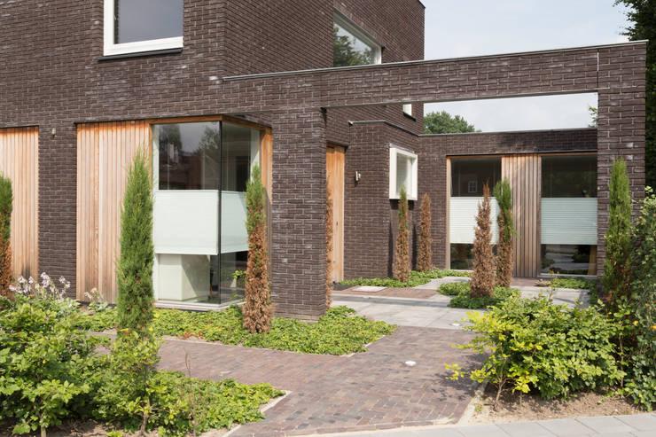 patio voorzijde:  Tuin door Jan Couwenberg Architectuur