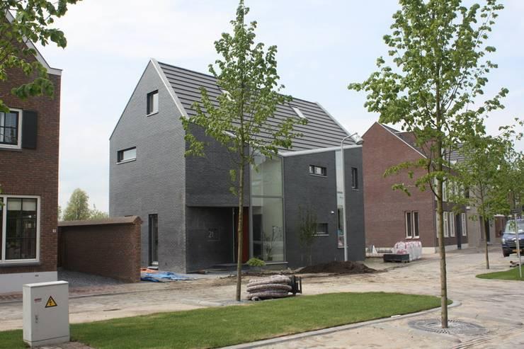 Knikwoning: moderne Huizen door Architectenbureau Jules Zwijsen