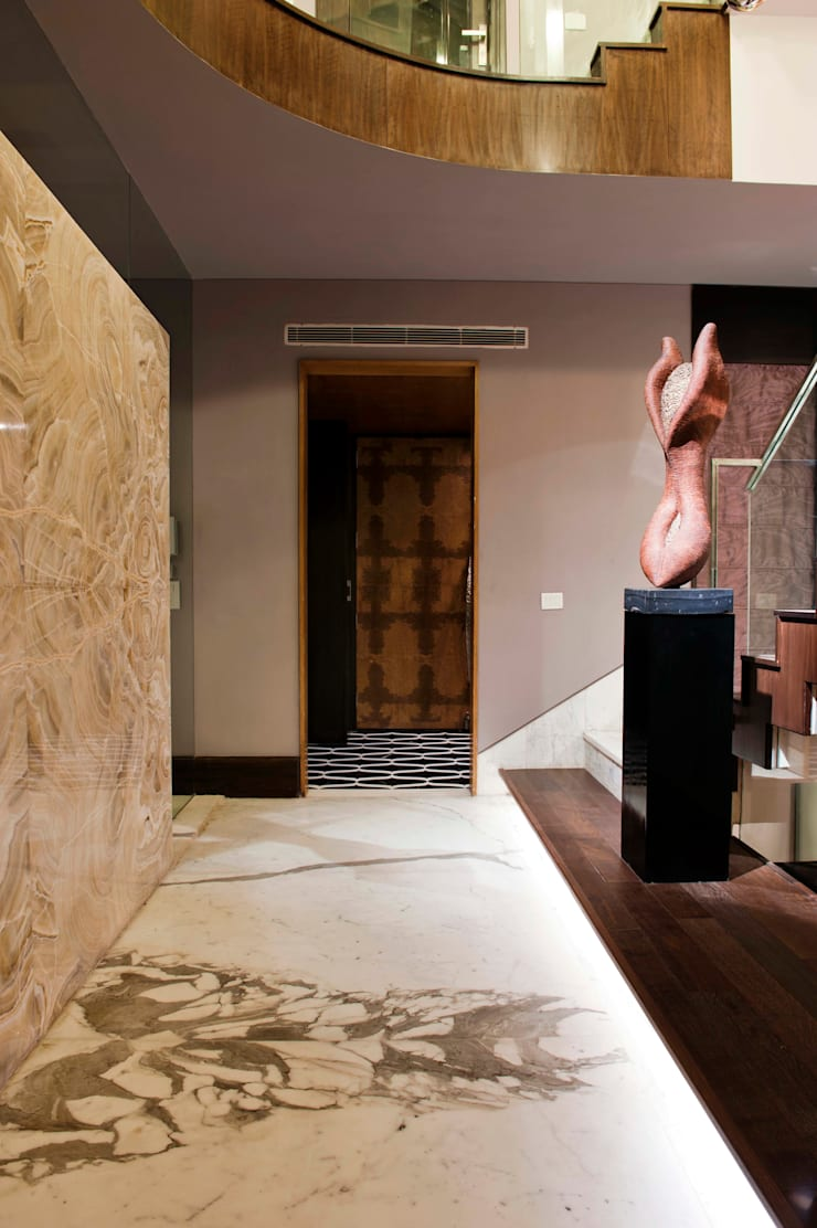 Verma Residence :  Corridor & hallway by Untitled Design