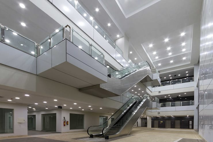Mr.Sandhu Resi Mohali:  Offices & stores by Inner Value Architects