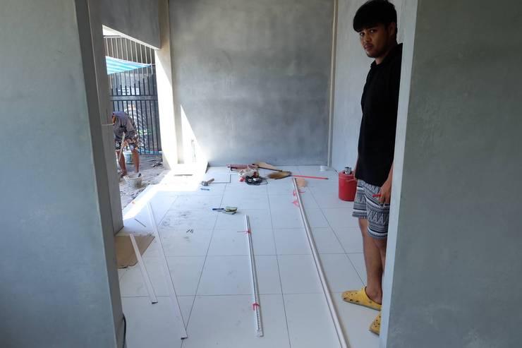 งานปูกระเบื้องพื้นและผนัง โรงงานน้ำอ้อยต้ม เกาะสิเหร่ ภูเก็ต:   by BUGs Engineering & Construction