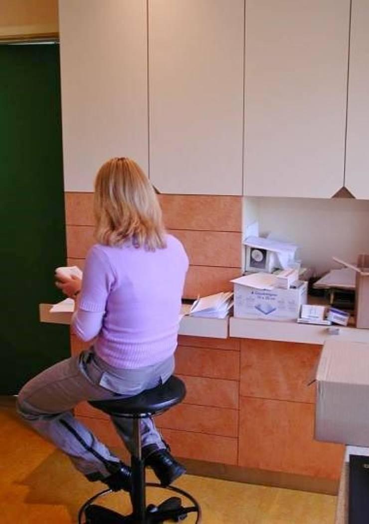 Apotheek:  Studeerkamer/kantoor door Brenda van der Laan interieurarchitect BNI