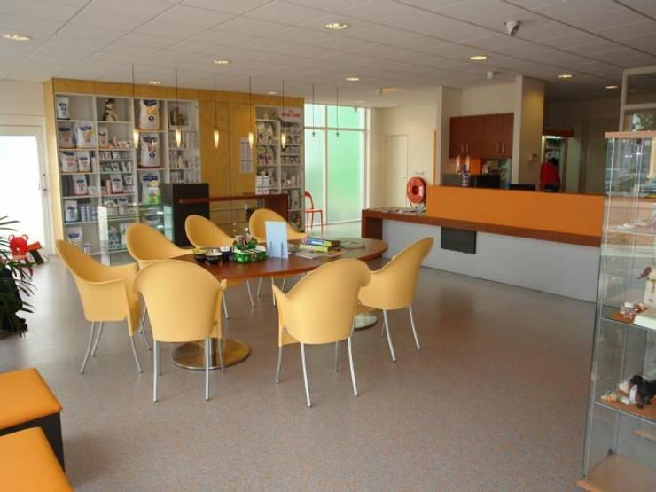 Wachtruimte:  Ziekenhuizen door Brenda van der Laan interieurarchitect BNI, Modern Rubber