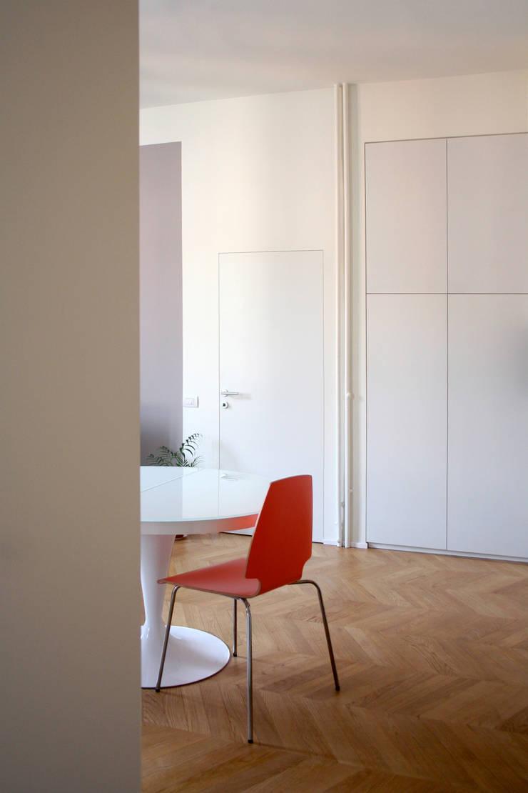 Salle à manger de style  par Atelier delle Verdure,