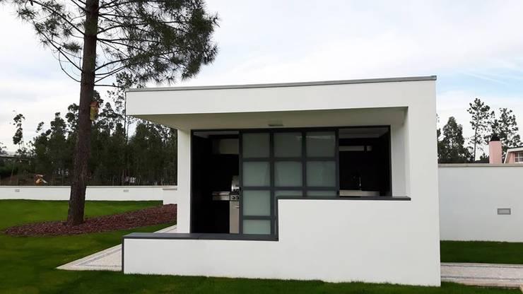 Casas de estilo moderno por Emprofeira - empresa de projectos da Feira, Lda.