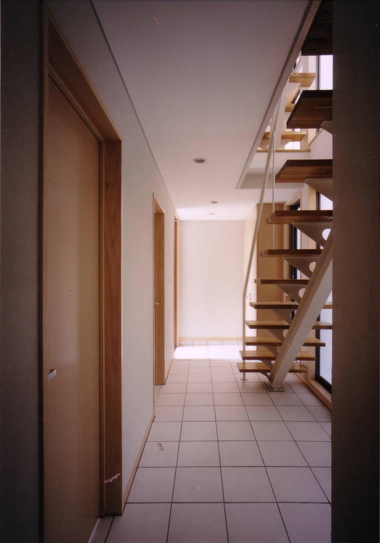 玄関、階段見返し: 豊田空間デザイン室 一級建築士事務所が手掛けた廊下 & 玄関です。