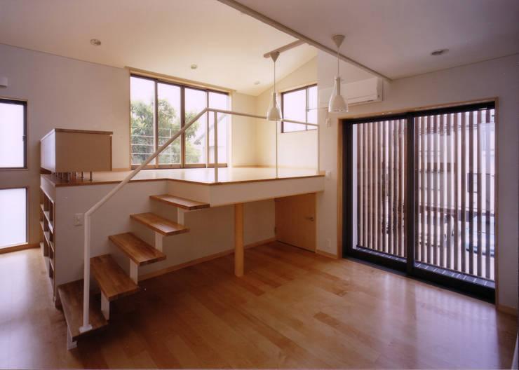 2Fキッチンよりダイニング・リビングを見る-1: 豊田空間デザイン室 一級建築士事務所が手掛けたダイニングです。