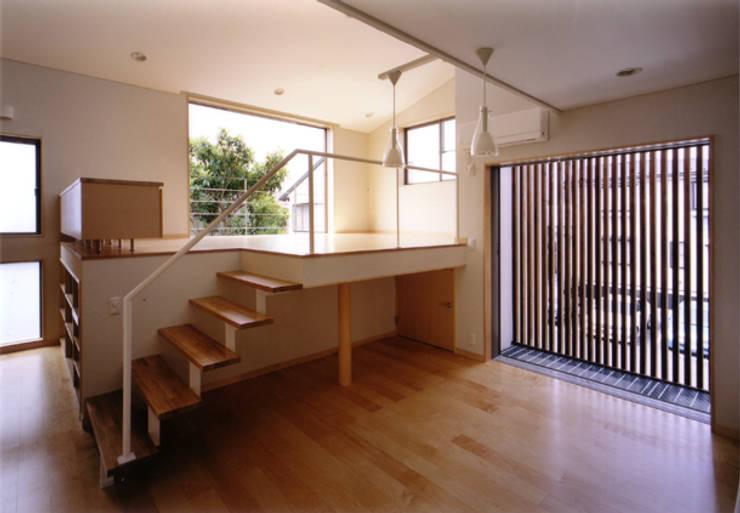 2Fキッチンよりダイニング・リビングを見る-2: 豊田空間デザイン室 一級建築士事務所が手掛けたダイニングです。