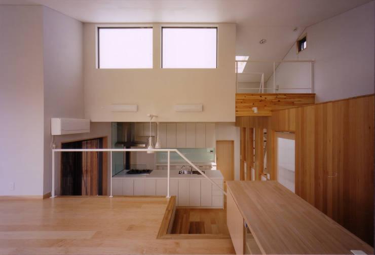 リビングよりキッチン方向を見る: 豊田空間デザイン室 一級建築士事務所が手掛けたリビングです。