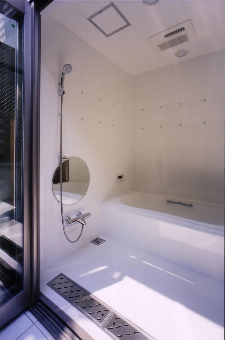 バスコートよりバスルームを見る: 豊田空間デザイン室 一級建築士事務所が手掛けた浴室です。
