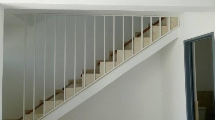 Escalera: Pasillos y recibidores de estilo  por Estudio ACC,