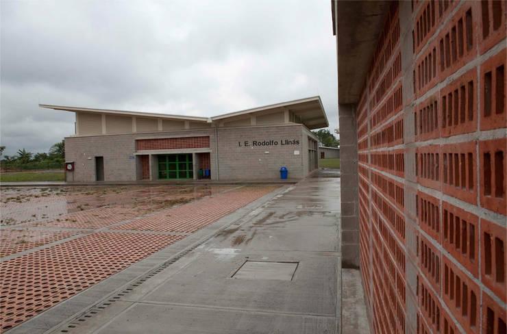 Colegio La Reliquia: Paredes de estilo  por MRV ARQUITECTOS, Moderno