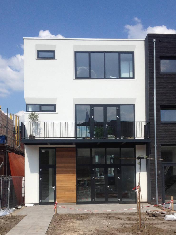 Foto achterzijde:  Huizen door 10voor2 Architecten, Modern