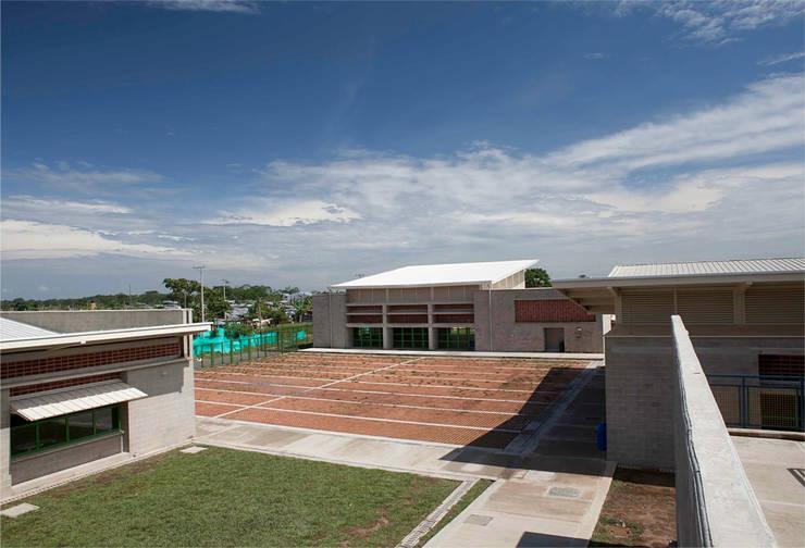 Colegio La Reliquia: Jardines de estilo  por MRV ARQUITECTOS, Moderno