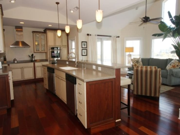 Open Kitchen with island counter with a view to small sitting room:  Kitchen by Outer Banks Renovation & Construction