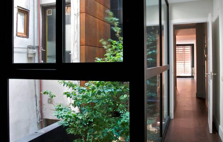 SAN VICENTE FERRER 78 : Pasillos y vestíbulos de estilo  por james&mau, Moderno