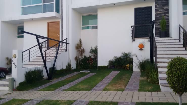 Cubierta NA [León, Gto.]: Garajes de estilo moderno por 3C Arquitectos S.A. de C.V.