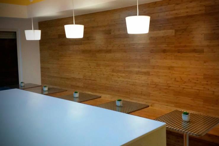 Vista paredes y caja en vidrio lacado: Espacios comerciales de estilo  por Zorada Zapata / Diseño Interior, Moderno Madera Acabado en madera