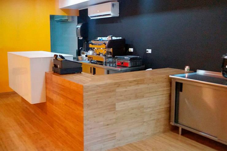 Restaurant Herny´s Soup, Sub, Salads and More: Espacios comerciales de estilo  por Zorada Zapata / Diseño Interior, Moderno Madera Acabado en madera