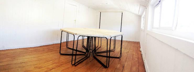 Sala de Reunones Inspeccion del trabajo Puerto Varas- Chile.: Oficinas y tiendas de estilo  por Cordova Arquitectura y Construcción .