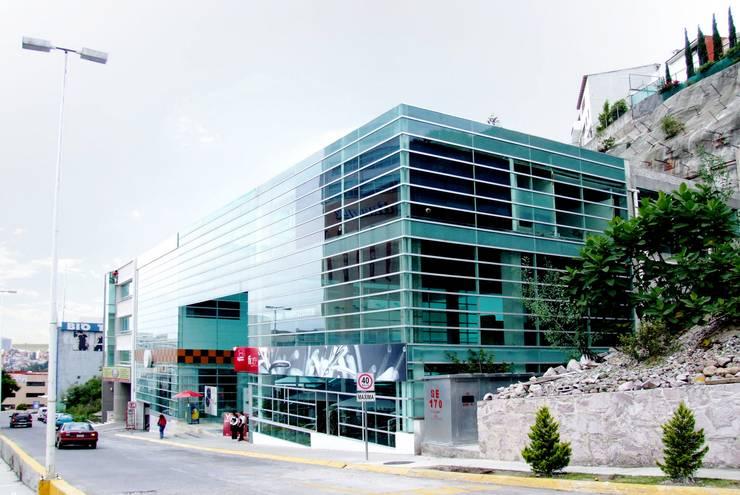 Plaza Parque Granada: Estudios y oficinas de estilo  por REC Arquitectura , Moderno