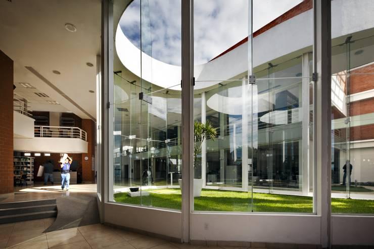 Biblioteca Central: Comedores de estilo  por REC Arquitectura , Moderno